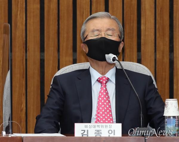 국민의힘 김종인 비상대책위원장이 4일 오전 서울 여의도 국회에서 열린 확대당직자회의에 참석, 두 눈을 감고 참석자들의 발언을 듣고 있다.