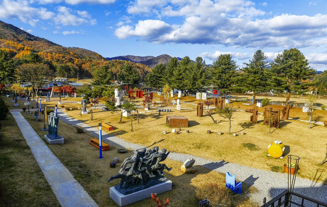 운동장에 펼쳐진 조각공원의 풍성함...