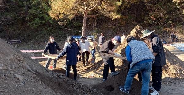 성미산 학교 11학년과 12학년(고등학교 2, 3학년)학생 12명이 4일 조를 나눠 흙을 채로 걸려 유해를 찾는 작업을 벌이고 있다. 학생들은 오는 6일까지 2박 3일 간 대전에 마련된 숙소에 머물며 봉사활동을 벌일 예정이다.