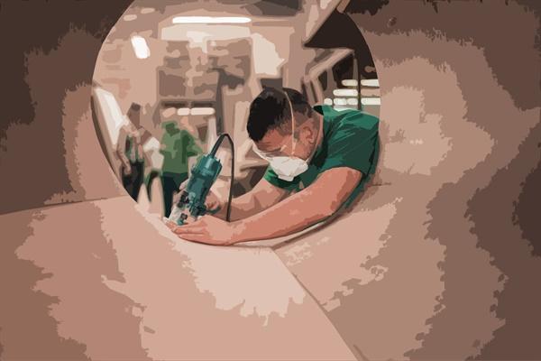한 공장에서 노동자가 일하는 모습.