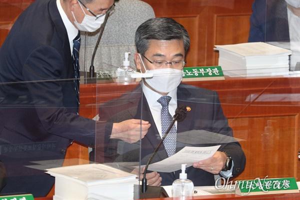 서욱 국방부 장관이 5일 서울 여의도 국회에서 열린 예산결산특별위원회 전체회의에서 관계자와 대화를 하고 있다.