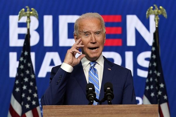 """""""대선 승리 확신"""" 연설하는 바이든 후보 조 바이든 미국 민주당 대선 후보가 4일(현지시간) 델라웨어주 윌밍턴 체이스센터에서 이번 선거에서 승리를 확신한다는 내용의 연설을 하고 있다. 그는 연설에서 """"대통령 당선에 필요한 선거인단 270명에 도달하는 데 충분할 정도로 여러 주(州)에서 우리가 승리하고 있는 게 분명하다""""고 말했다."""