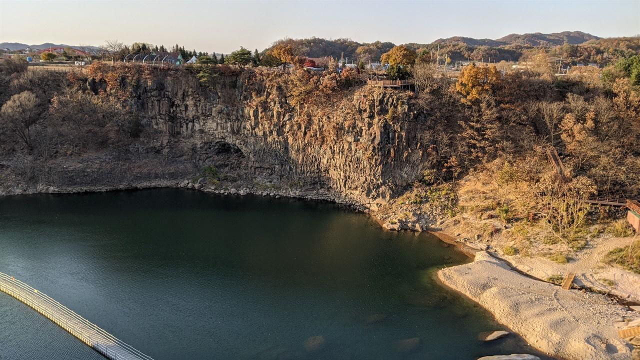 은하수교에서 내려다본 송대소 한탄강 위를 걸을 수 있는 물윗길도 보인다.