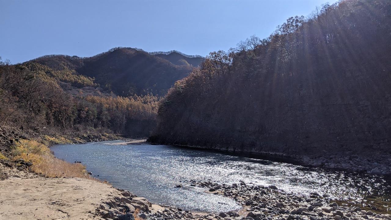 아침 햇살 아래 포천의 한탄강 한탄강은 평야의 젖줄 역할을 넘어 세계적인 관광명소로 변모하고 있다.