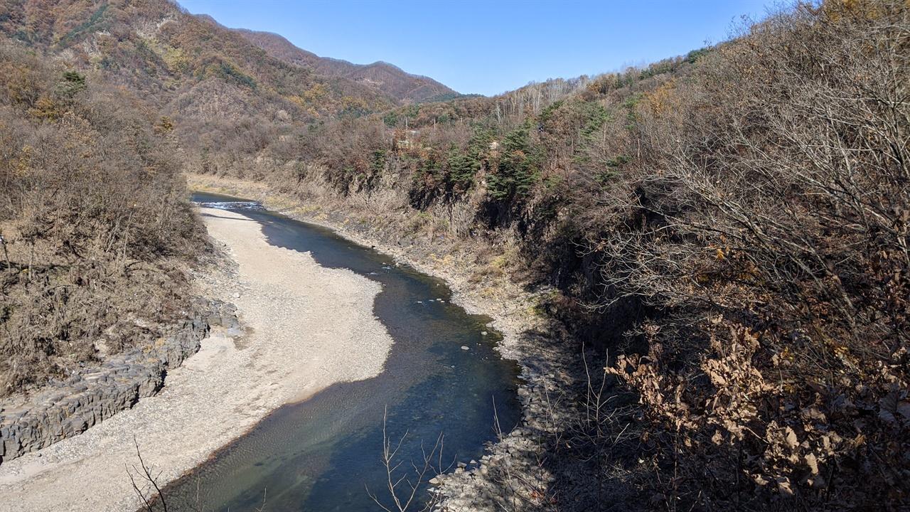 멍우리협곡 왼쪽에는 주상절리 아래 한탄강이 흐르고 오른쪽으로는 단풍과 어우러진 산이 보인다.