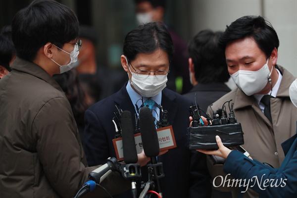 '드루킹 일당'의 댓글 조작에 공모한 혐의를 받는 김경수 경남도지사가 6일 오후 서울고등법원 항소심 선고 공판에서 댓글 순위 조작 혐의에 대해 징역 2년을 선고받고 법원을 나와 차량으로 이동하고 있다.