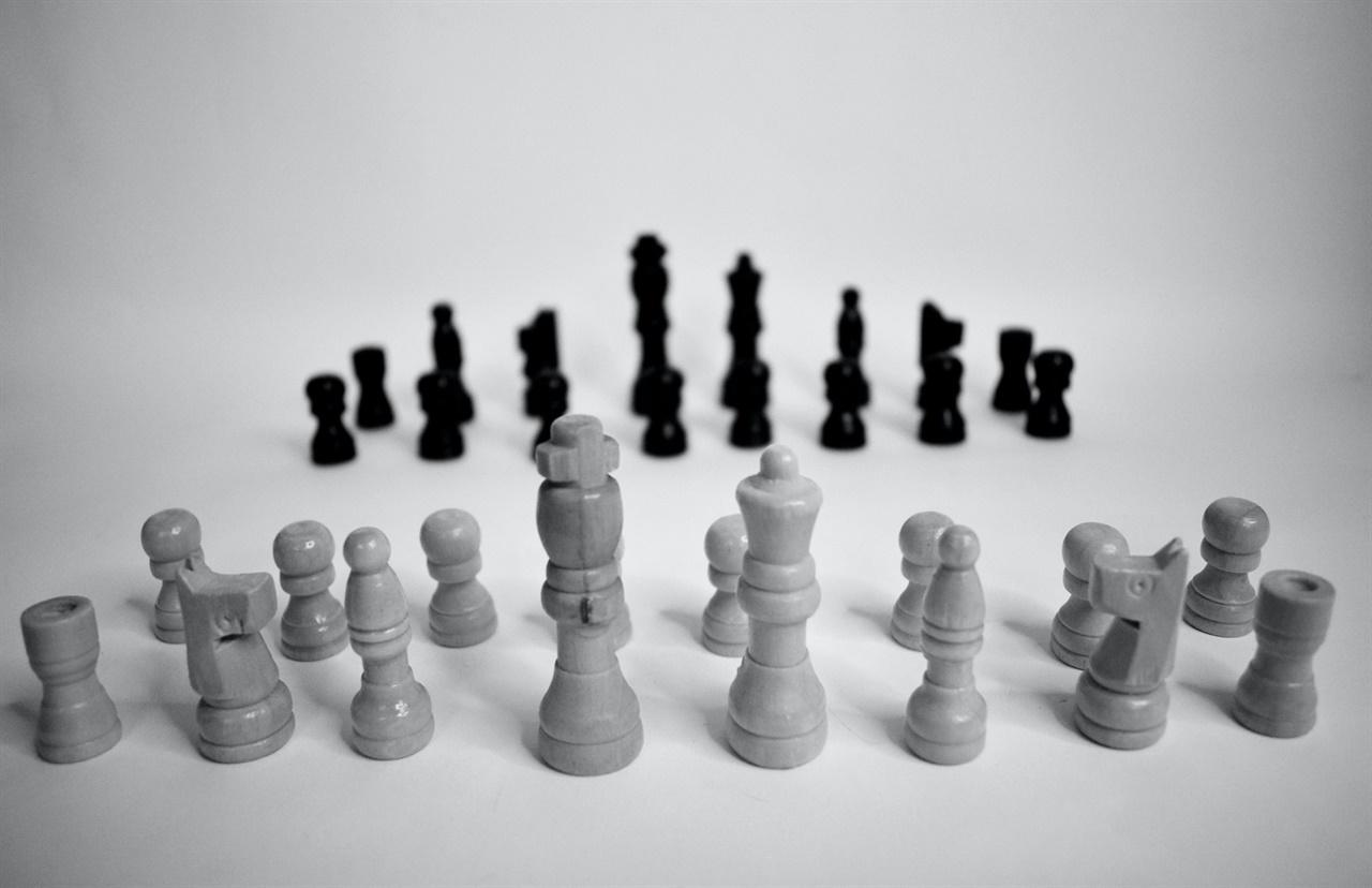 '이해충돌'은 공적인 이익과 사적인 이익이 양립하지 못하는, 즉 충돌하는 상황이다. 대개 이러한 충돌의 상황은 특정한 직무를 의무적으로 수행해야 하는 당사자에게서 발생한다