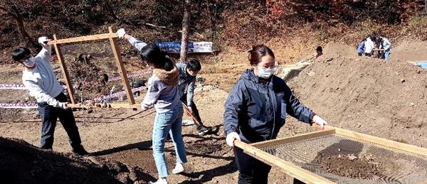 8일, 유해발굴 현장에서 '경기청년 통일열차 서포터즈'(회장 박범수) 소속 회원 20여 명이 유해발굴 봉사활동을 벌이고 있다.