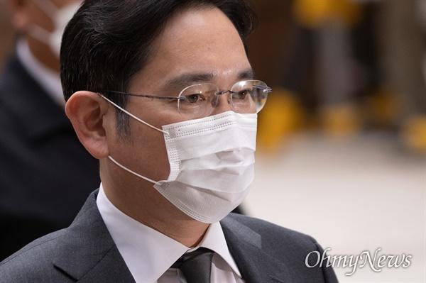 9일 법무부의 이재용 삼성전자 부회장 가석방 심사가 열린다. 사진은 지난해 11월 서울고등법원 국정농단 파기환송심에 출석한 이 부회장 모습.