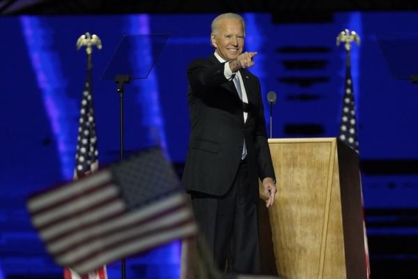 11월 7일(미국 현지시각) 조 바이든 미국 대통령 당선인이 자택이 있는 델라웨어주 윌밍턴의 체이스센터에서 대국민연설을 한 뒤 제스처를 취하고 있는 모습.