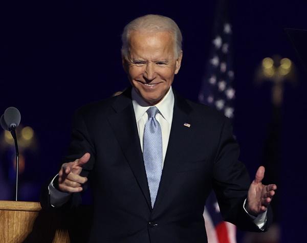 11월 7일(미국 현지시각) 조 바이든 미국 대통령 당선인이 자택이 있는 델라웨어주 윌밍턴의 체이스센터에서 대국민연설을 하고 있는 모습.