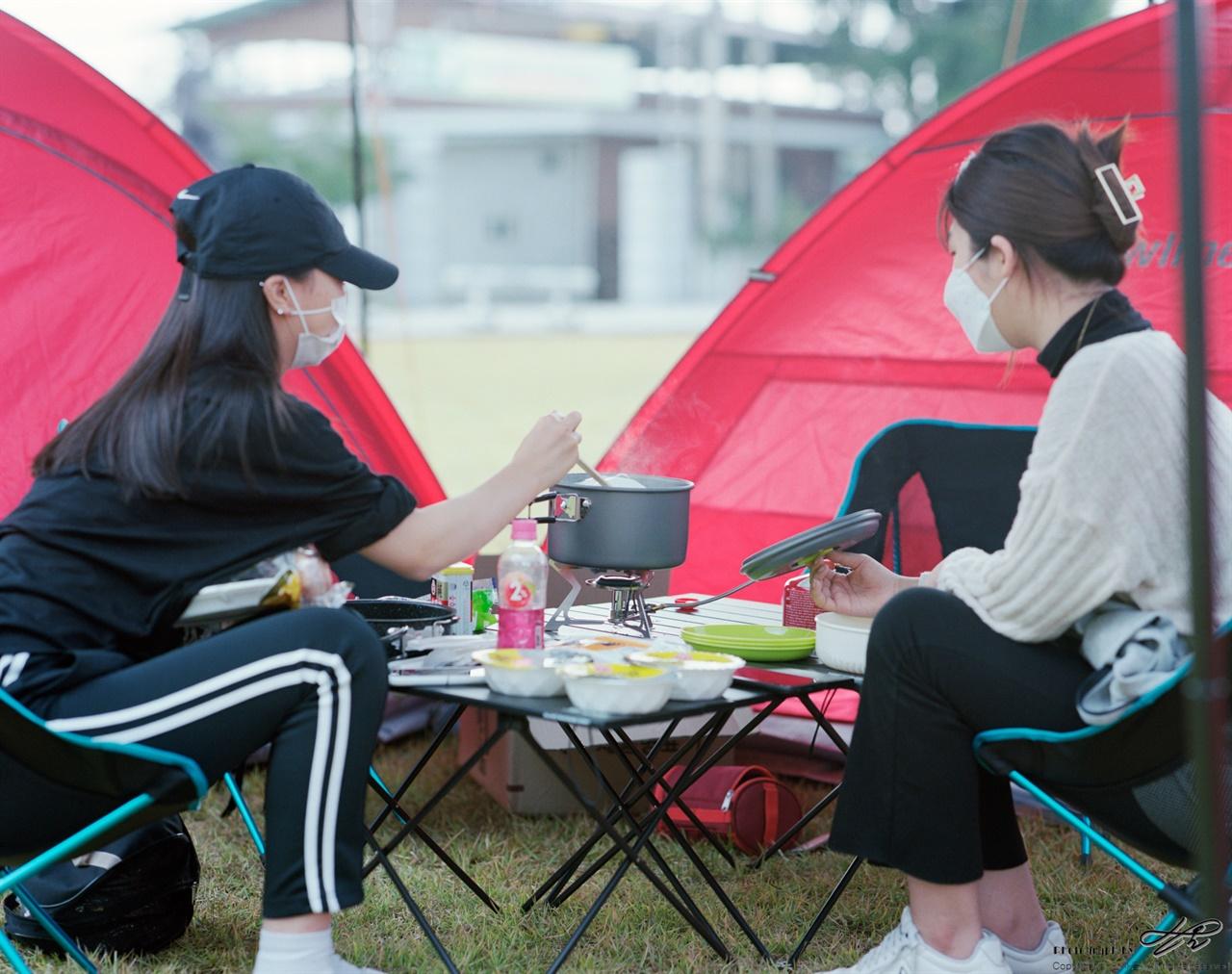 요리 중 (67ii/Portra160)하트 모양으로 플레이팅을 할 볶음밥을 만들기 위해 즉석밥을 덥히고 있는 학생들