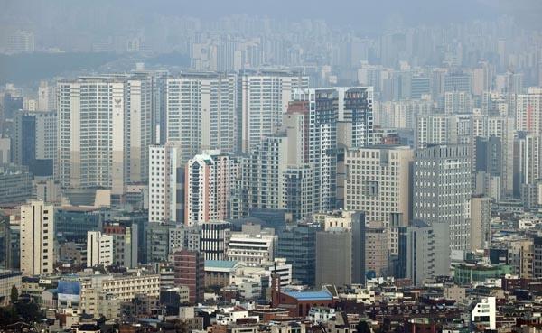 정부가 2030년까지 부동산 공시가격 현실화율을 90%로 맞추는 방안을 추진한다고 밝힌 27일 서울 시내 아파트 모습. 2020.10.27