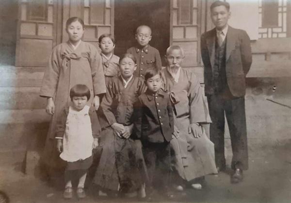 김상훈 가족사진 김상훈 가족사진. 앞줄 좌측부터 김상훈의 작은언니, 할머니, 작은오빠, 할아버지. 뒷줄 좌측부터 김상훈의 어머니, 큰언니, 큰오빠, 아버지(김창수). 촬영시기: 1940년대 초반. 장소: 해남군 계곡면 방축리