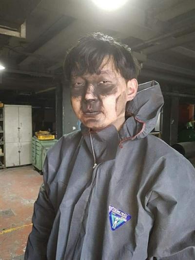현대자동차 전주공장에서 일하는 한 노동자의 모습. 마스크가 분진을 제대로 처리하지 못해 까만 분진을 뒤집어썼다.