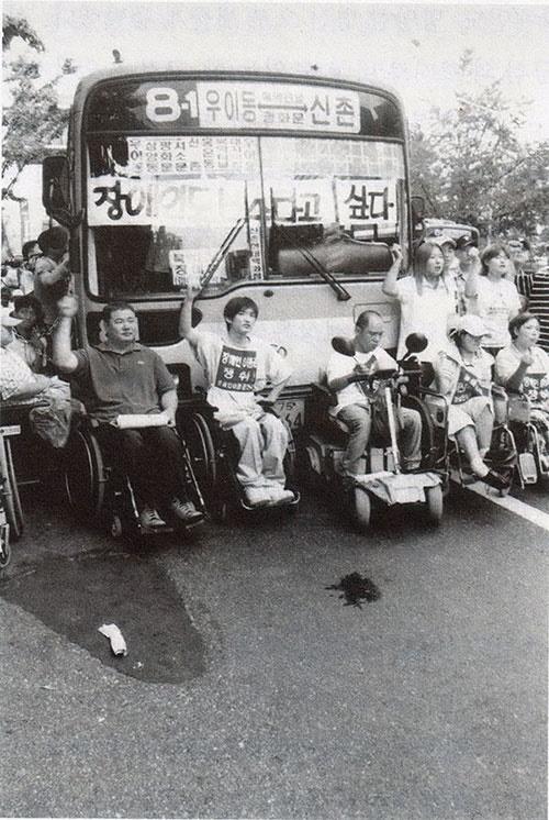 2001년 8월 29일. 사람들은 장애인 이동권 보장을 요구하며 광화문에서 버스를 점거한 채 농성을 벌였다.