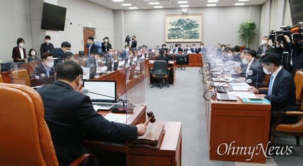 김태년 위원장이 13일 오전 서울 여의도 국회에서 열린 국회운영위원회 전체회의에서 의사봉을 두드리고 있다.