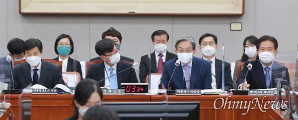 노영민 대통령 비서실장(오른쪽 두번째)이 13일 오전 서울 여의도 국회에서 열린 국회운영위원회 전체회의에서 의원 질의에 답하고 있다.