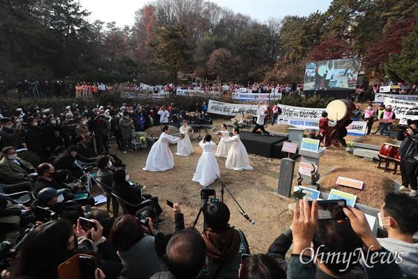 전태일 열사 50주기 추도식이 13일 오전 경기도 마석 모란공원에서 유족과 시민노동단체 회원들이 참석한 가운데 열렸다.