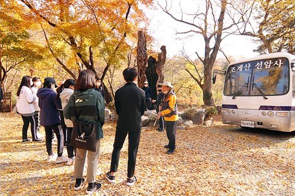 선암사 정문 앞에서 여순사건 당시 일어났던 사건을 이야기하는 김배선씨. 빨치산 대장은 나무치기 온 두월마을 이장을 뒤에 보이는 고목나무에 묶도록 명령했고 빨치산 중 한 명이 낫으로 찍어 죽였다.