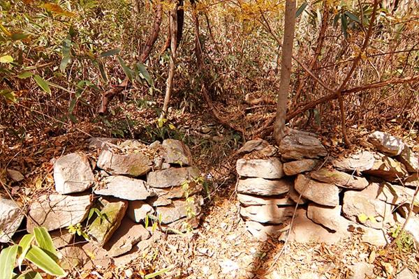 조계산에는 숯을 구웠던 숯가마가 곳곳에 널려있다.