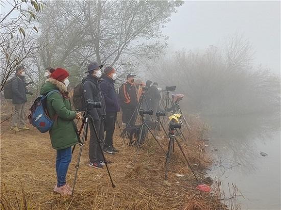 전북 진안의 주천 생태공원에서 사진작가들이 반영이 잘 나타나도록 해 뜨길 기다리는 모습.