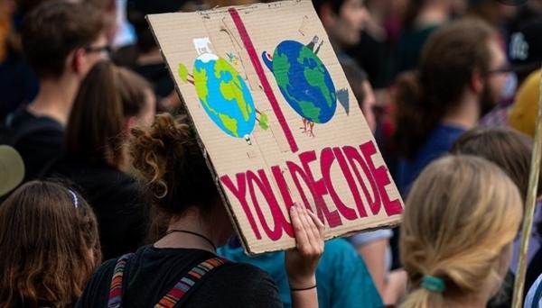 기후위기는 우리의 일상을 유령처럼 배회하고 있다. 탈탄소 사회, 탈탄소 경제로의 전환에 늦장 부릴 시간이 없다. 부디 판도라의 상자가 열리지 않길 바라며.