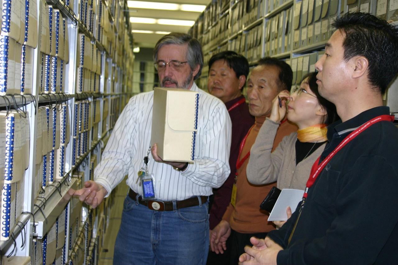 권중희 선생이 몽매에도 그리던 미국 국립문서기록관리청 서고를 둘러보고 있다(왼쪽부터 아키비스트 보이런, 이도영, 권중희.자원봉사자 재미동포 이선옥,이재수 씨).