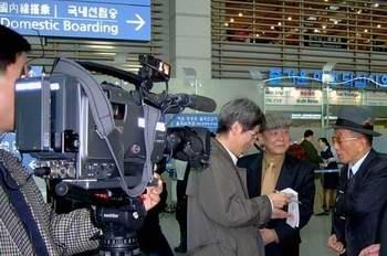 미국 국립문서기록관리청으로 가고자 인천공항 출국장에서 KBS 기자의 취재에 응하다(2004. 1. 31.).