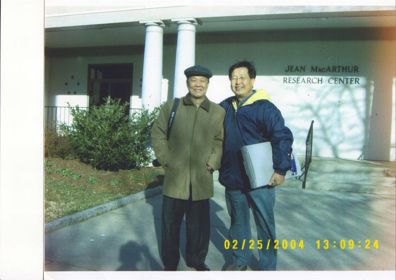 미국 버지니아 주 노퍽의 맥아더기념관 자료실 앞에서 재미 사학자 고 이도영(오른쪽) 박사와 함께(2004. 2. 25.)