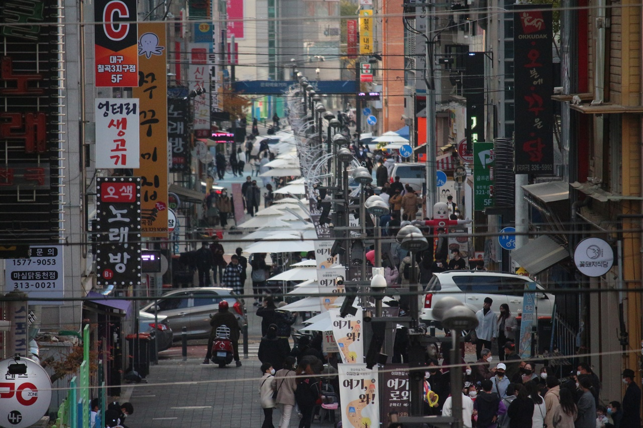 보행자 전용도로에 조성된 '이태원길'은 북구 팔거역에서 동천 육교에 이르는 720M 상업전용구간에 문화예술의 거리로 탈바꿈한다는 포부이다.