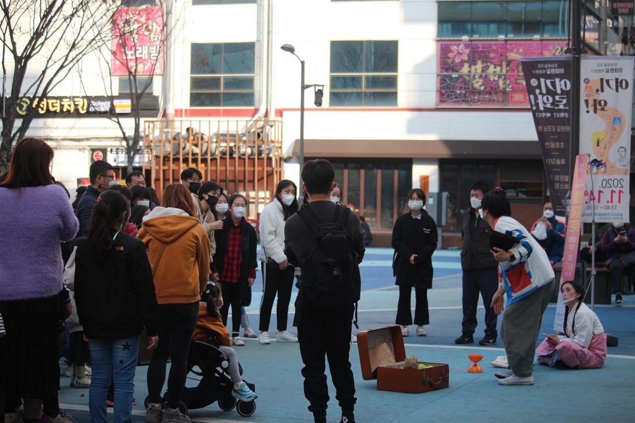 삑삐기의 공연 모습 거리 광장에서 사람들이 자유롭게 공연을 관람하고 있는 모습이다.