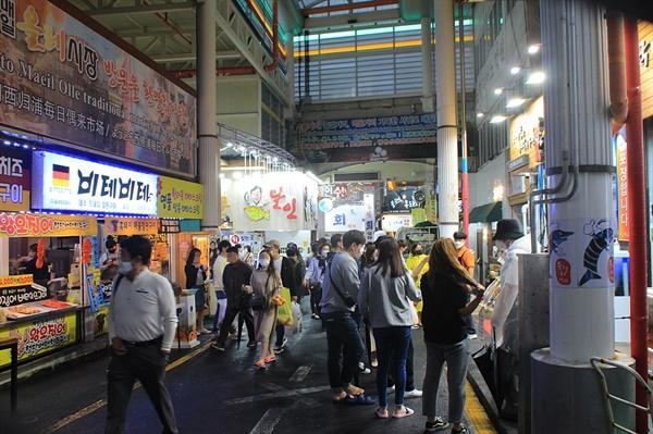 관광객들로 북적이는 서귀포매일올레시장 모습