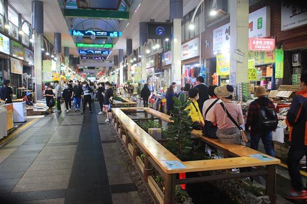 서귀포매일올레시장 중앙 통로 먹거리 휴식공간 모습