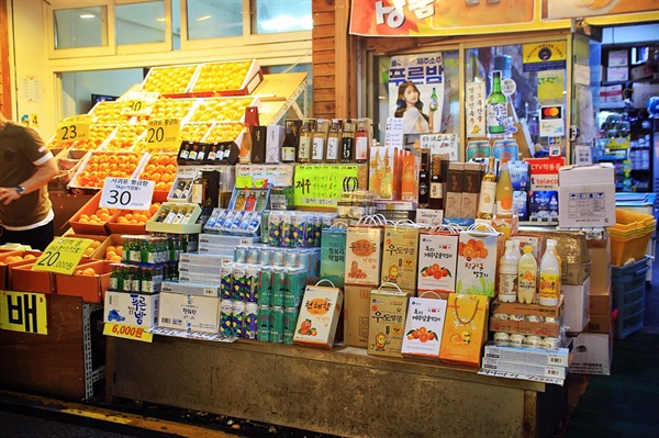 감귤로 만든 제주 특산품을 판매하는 가게 앞 모습