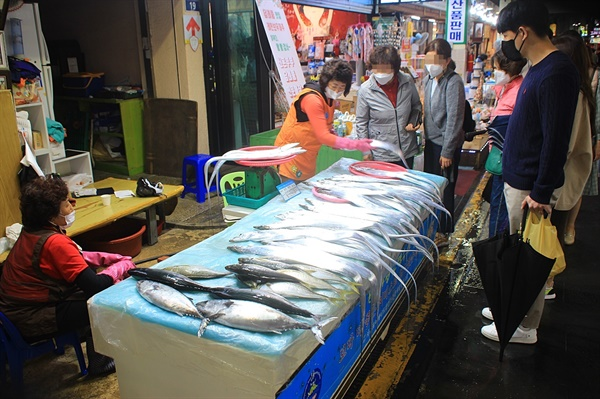 관광객들로 붐비는 제주산 갈치 판매 가게 앞 모습