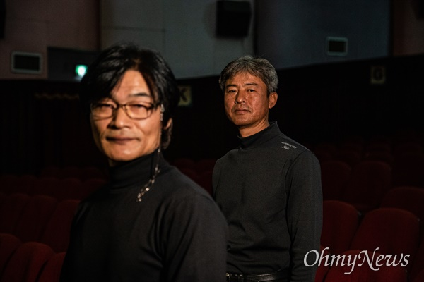 태안6.25전쟁 중 벌어진 태안 지역 민간인 학살을 다룬 영화 <태안>의 구자환 감독(왼쪽)과 인터뷰어로 출연한 김영오씨