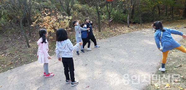 낙엽공으로 피구를 하는 아이들