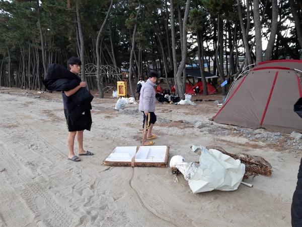 해변의 커다란 쓰레기들 (휴대폰)멀리에서 저런 쓰레기들을 부지런히 가져다 모았다.