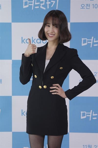 17일 오후 진행된 카카오M 웹드라마 <며느라기> 제작발표회에서 배우 박하선이 카메라를 향해 포즈를 취하고 있다.
