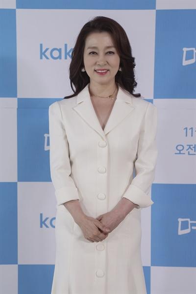 17일 오후 진행된 카카오M 웹드라마 <며느라기> 제작발표회에서 배우 문희경이 카메라를 향해 포즈를 취하고 있다.