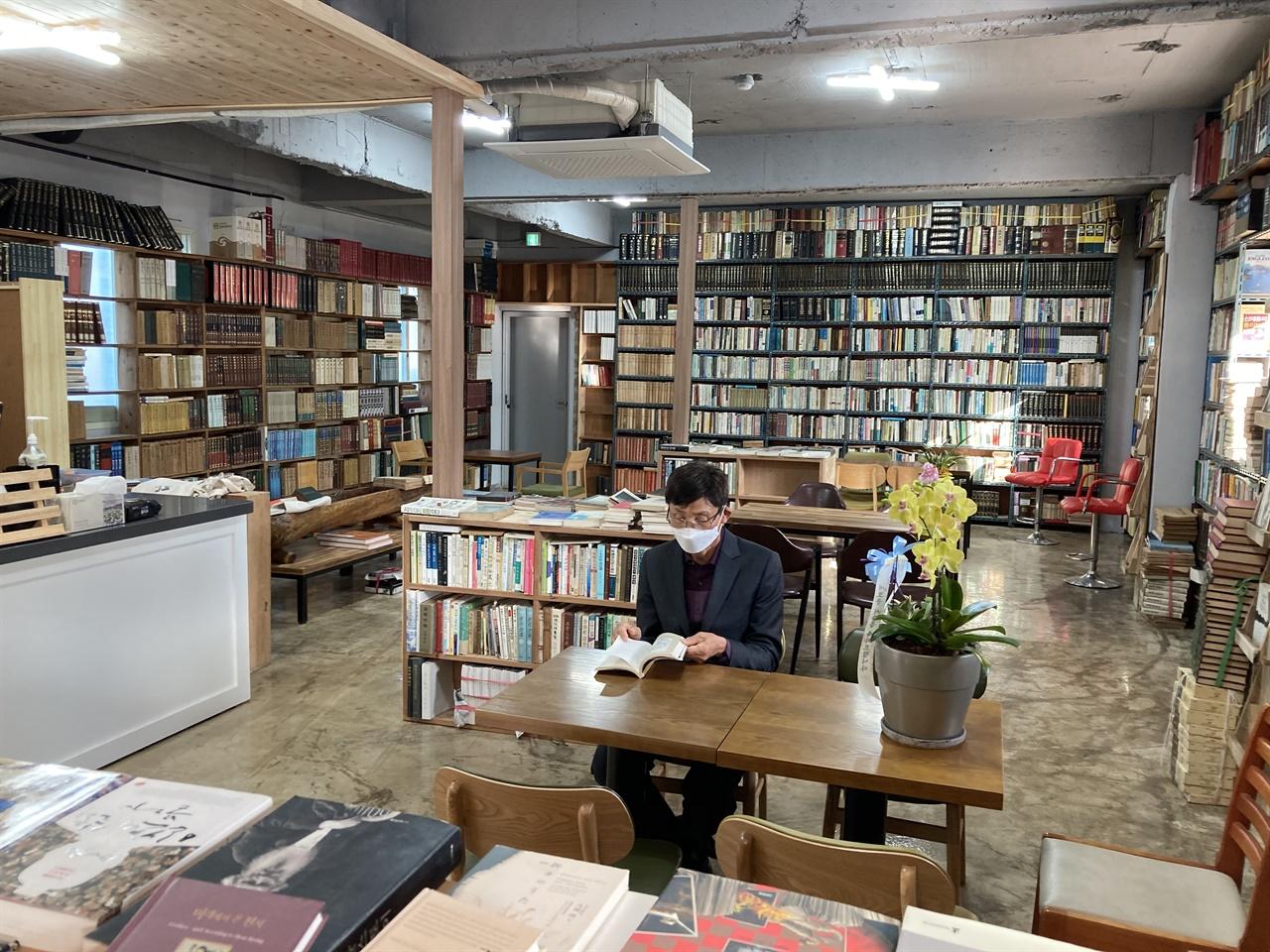 책방 1층의 모습 책방 1층엔 북카페가 마련되어 있어 차를 마시며 독서를 할 수 있다.
