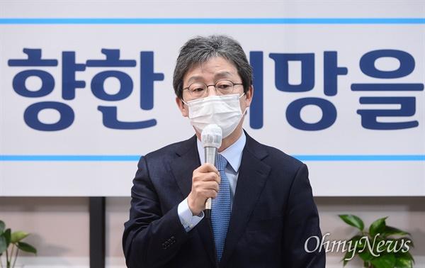 유승민 전 의원이 18일 오전 서울 여의도 '희망 22' 사무실에서 열린 기자간담회에서 인사말을 하고 있다.