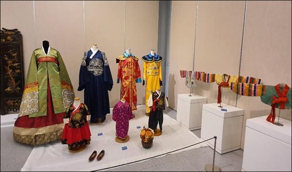한중 옷들 우아한 한국의 혼례복과 중국의 의상들 (클애들전시관 출품작)