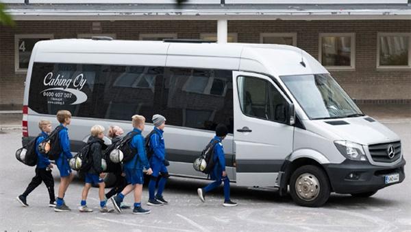 실험에 참여한 아이들이 버스에 올라타고 있다.