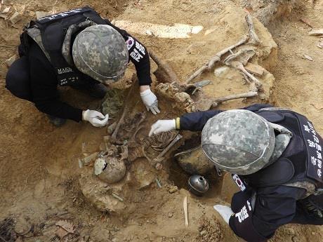 올해 DMZ 화살머리고지 발굴사업 종료... 유해 143구 찾아 국방부가 지난 4월 20일부터 화살머리고지 일대 남측 지역에서 진행한 2020년 유해발굴사업을 오는 20일 종료한다며 19일 발굴 성과를 발표했다. 올해 강원도 철원 비무장지대(DMZ) 화살머리고지 일대에서 진행된 군의 6·25 전사자 유해발굴 작업에서는 330점의 유골을 토대로 총 143구의 유해가 발굴됐다. 유해는 국군 67구, 중국군 64구, 미상 12구 등으로 추정됐다. 사진은 유해발굴하는 장병. 2020.11.19
