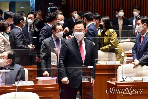 국민의힘 주호영 원내대표가 19일 국회에서 열린 당 의원총회에 참석하고 있다.