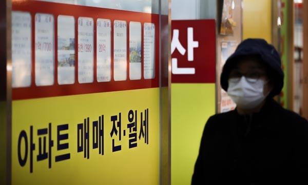 전세난 해결을 위한 정부의 부동산 전세대책 발표를 앞둔 가운데 18일 오전 서울 송파구의 부동산 중개업소의 모습.