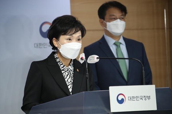 김현미 국토부 장관이 19일 정부서울청사 브리핑실에서 서민, 중산층 주거안정 지원방안을 발표하고 있다.