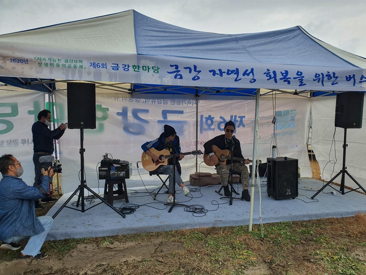 밴드 프리버드 공연으로 행사장의 분위기를 끌어 올렸다.